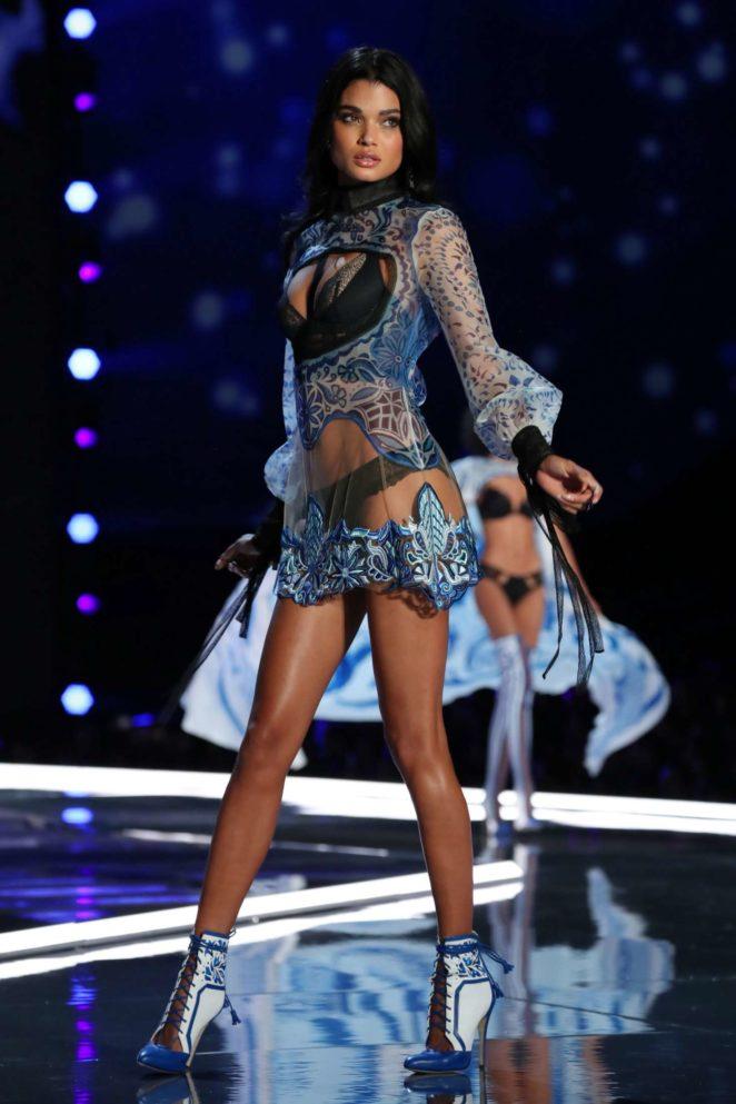 Daniela-Braga_-2017-Victorias-Secret-Fashion-Show-Runway--07-662x993.jpg