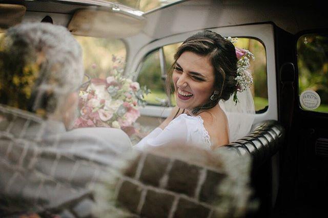 Momentos antes, um sorriso com o pai, aquele que sempre esteve ao lado dela.... são momentos que não têm preço ! 📷 @the_kreulichs #nossoceleiro #casamentonocampo #casamentodedia #destinationwedding