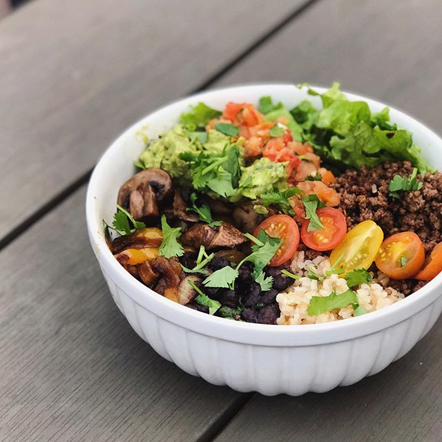 This beautiful burrito bowl was made completely from scratch in less than 30 minutes and was my very yummy dinner this fine evening 😍  Want to know how I did it? 🙋🏻♀️  Check out my latest story 👊🏼