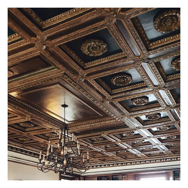 When the ceiling is just that stunning ❤ . @thewarmemorial . #michiganwedding #michiganweddinginspo #weddingvenue #styledshoot