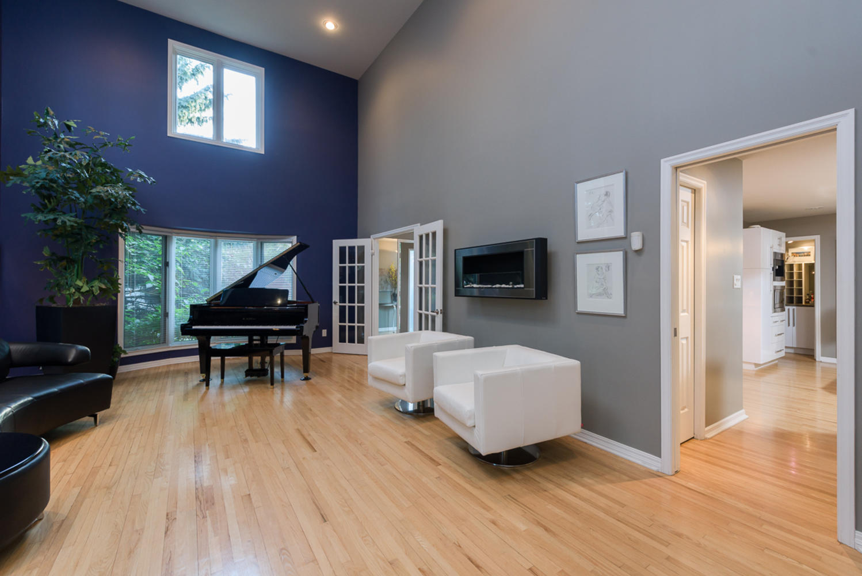 74 Dunbar Crescent Winnipeg MB-large-007-Living Room-1200x801-72dpi.jpg