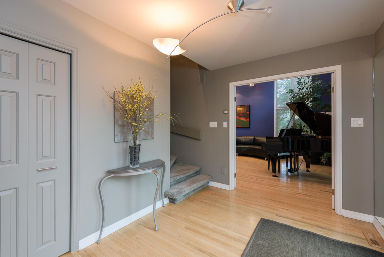 74 Dunbar Crescent Winnipeg MB-large-004-Foyer-1200x801-72dpi.jpg