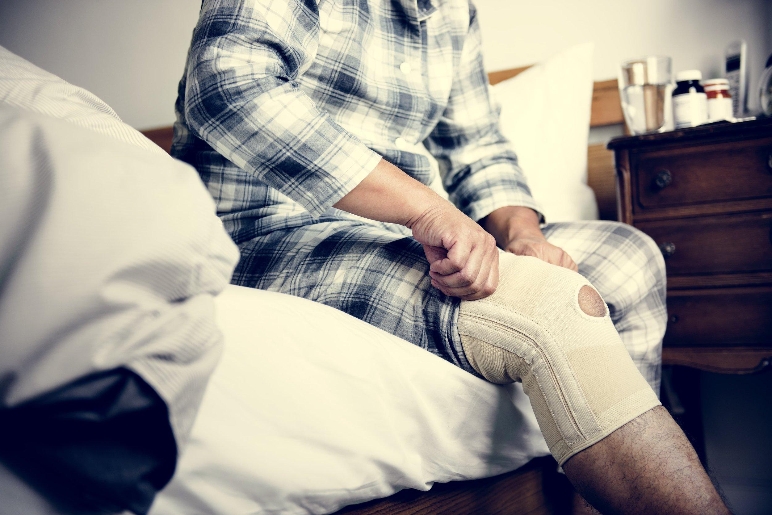man-with-knee-injury