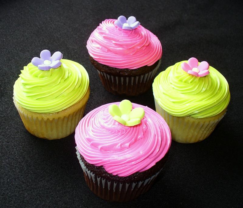 green_pink_cupcakes_flowers.JPG