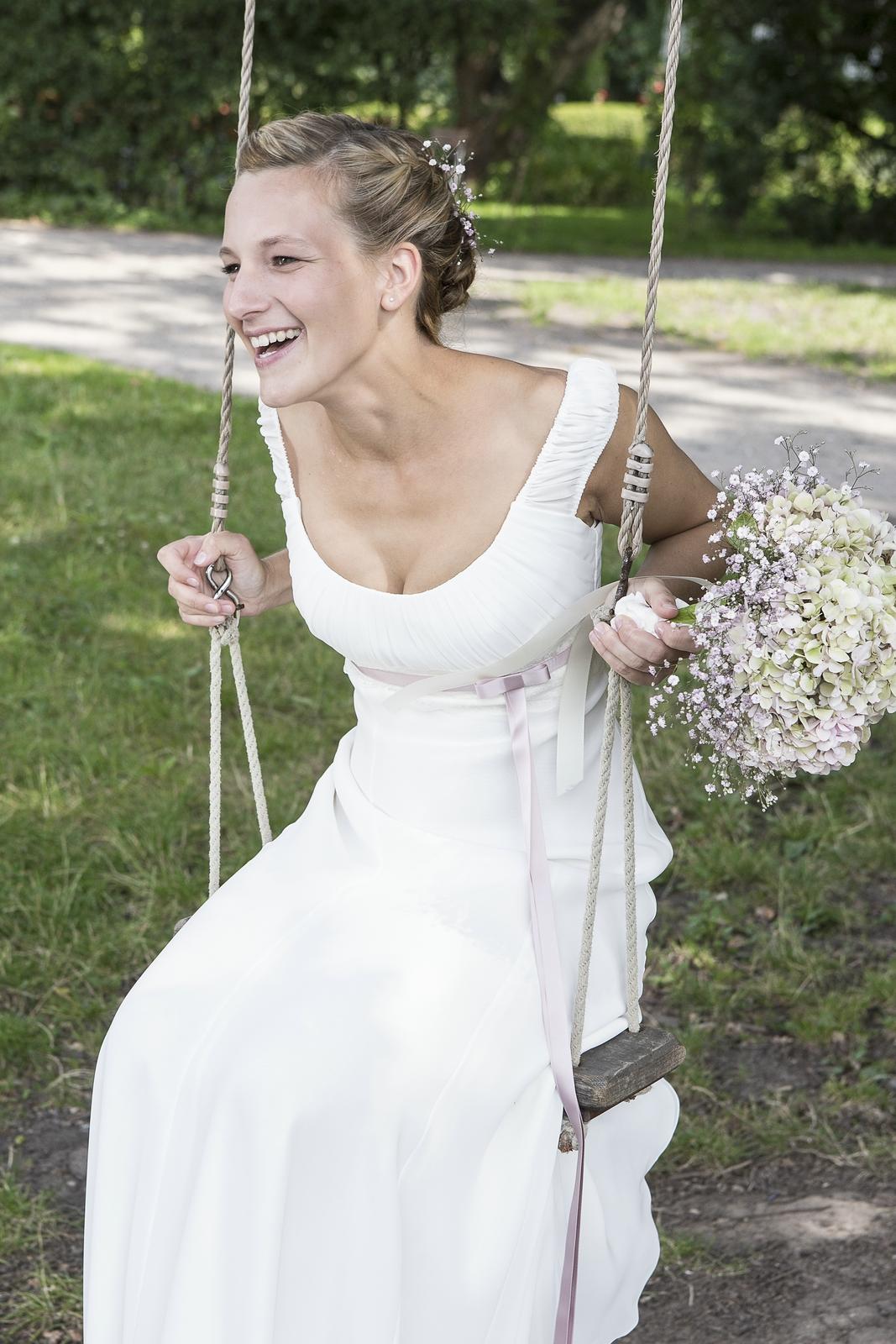 weich fließendes Hochzeitskleid