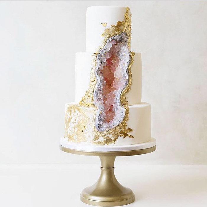 amethyst-geode-wedding-cake-trend-17-57833e2bb38eb__700.jpg