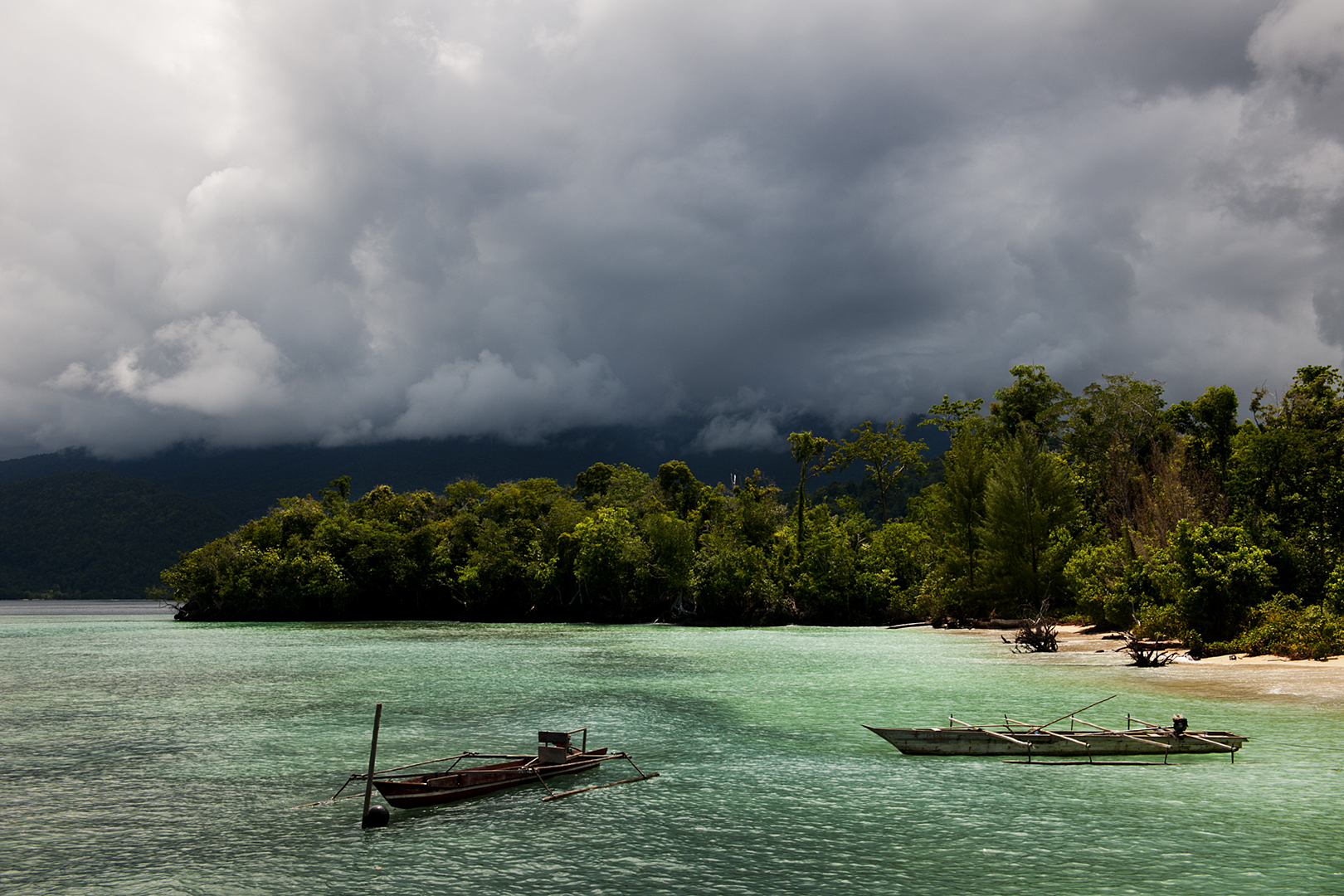 Though the temperature might be pleasant all year round, Raja Ampat is occasionally clouded by rain and thunder. The thick rainforest on the islands contribute to the humidity, and warm days often bring thunder in the afternoon and evening.