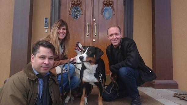 Journalist Martin Wicklin together with Iris Alexandrov, Mattias Klum and their dogs.  Photo: Hannah Engberg