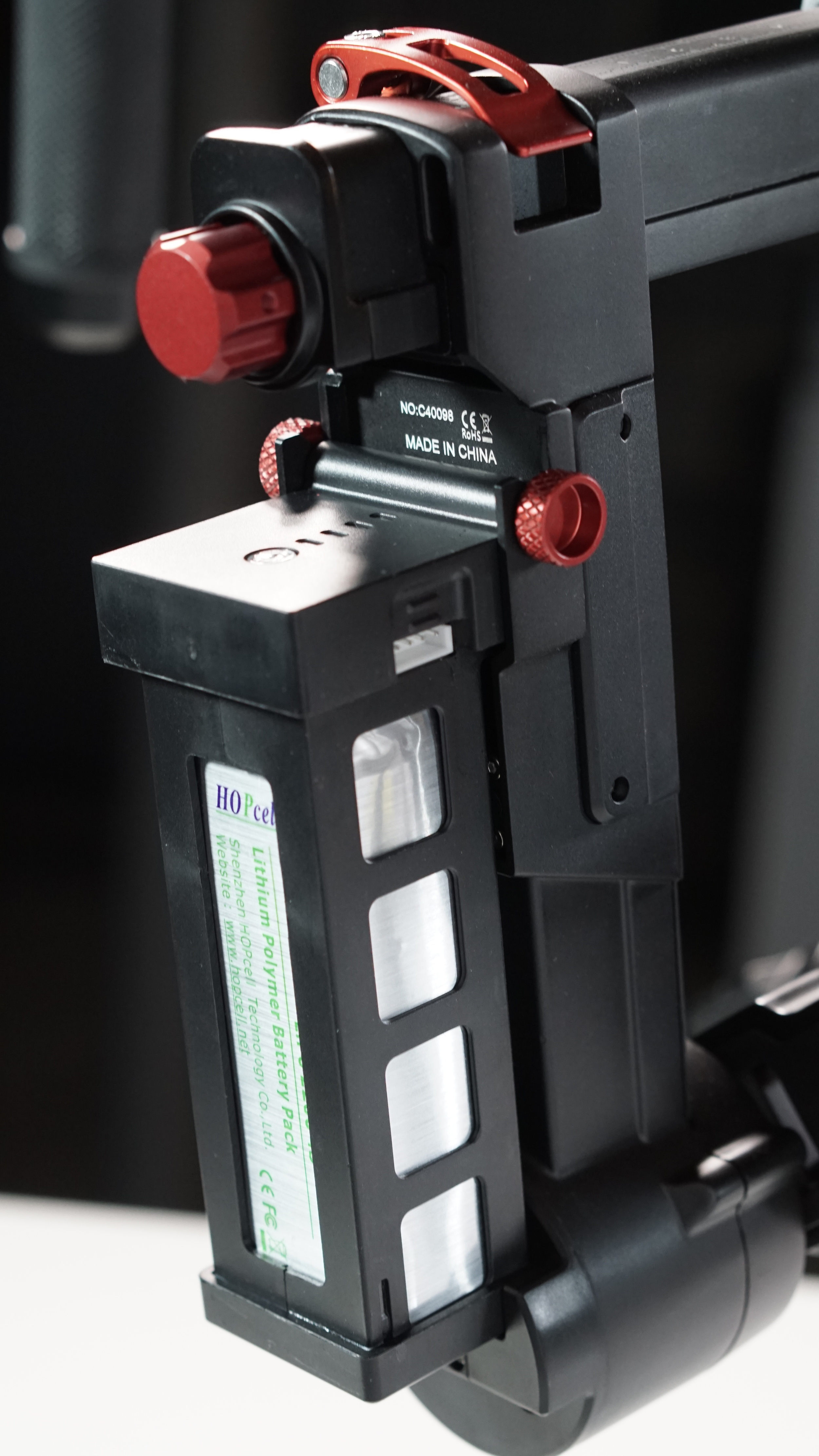 The Argo's quick release levers and battery are clearly fashioned after those of the Ronin-M, some of the best in the business - but they don't operate the same way.