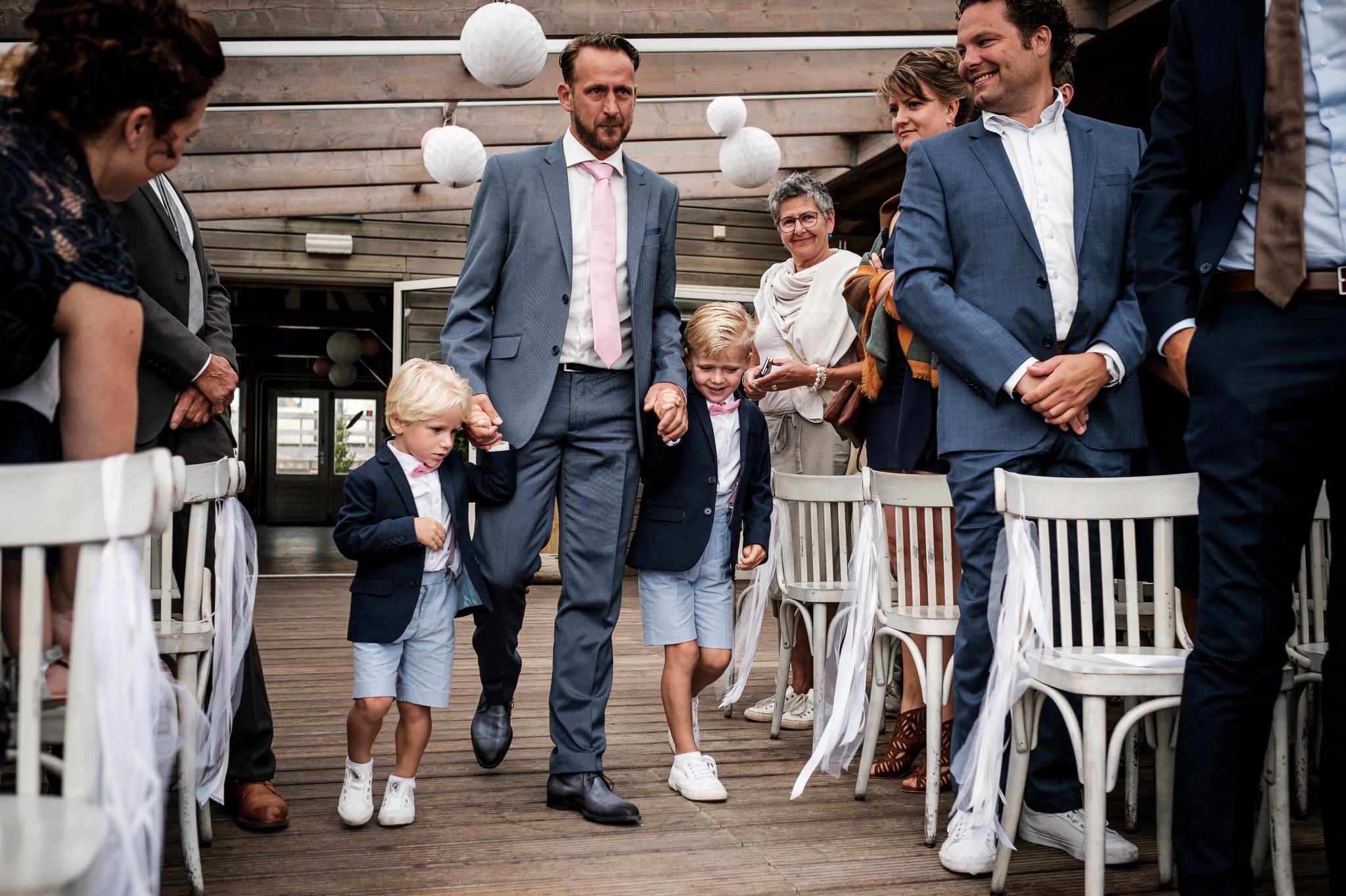 Bruidsfotografie binnenkomst ceremonie met kinderen Koudekerke