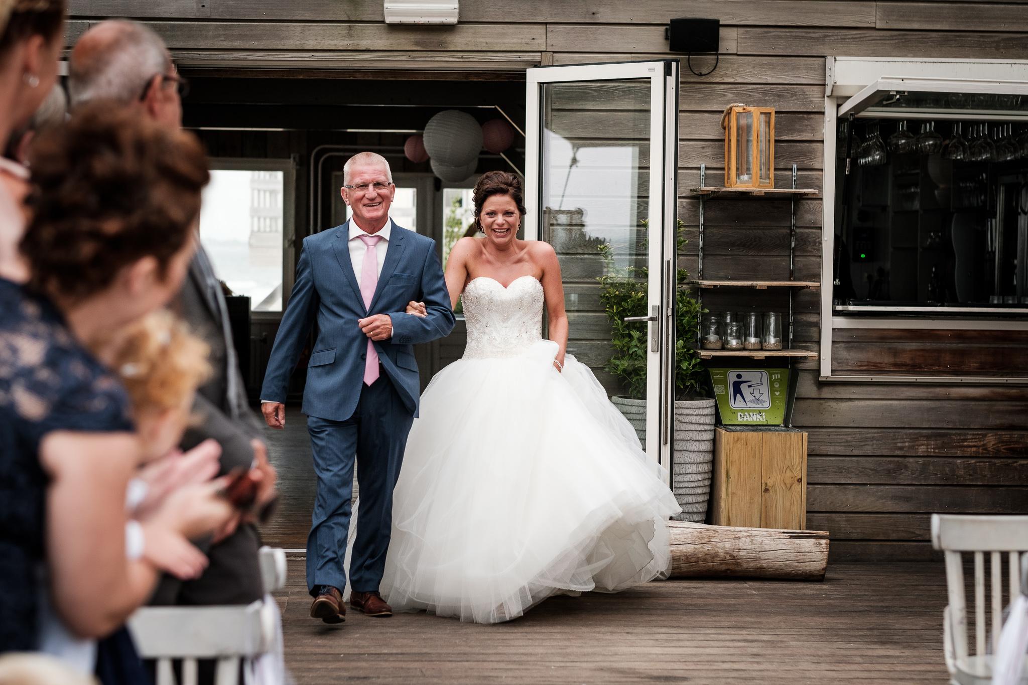 Bruidsfotografie binnenkomst bruid ceremonie Koudekerke