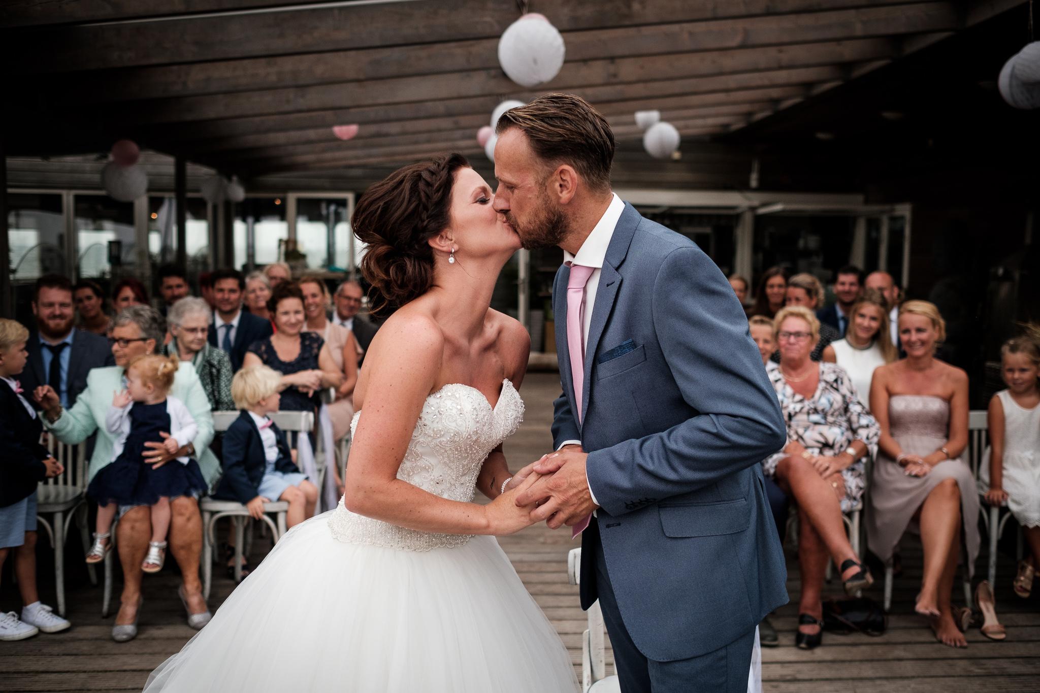 Journalistieke bruidsfotografie ceremonie Koudekerke eerste kus