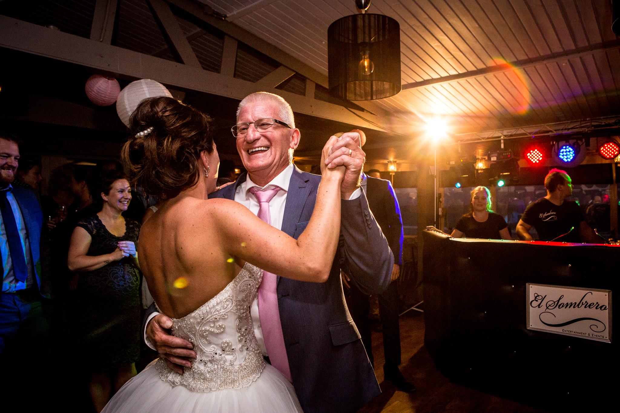 Journalistieke bruidsfotografie Koudekerke bruid danst met vader