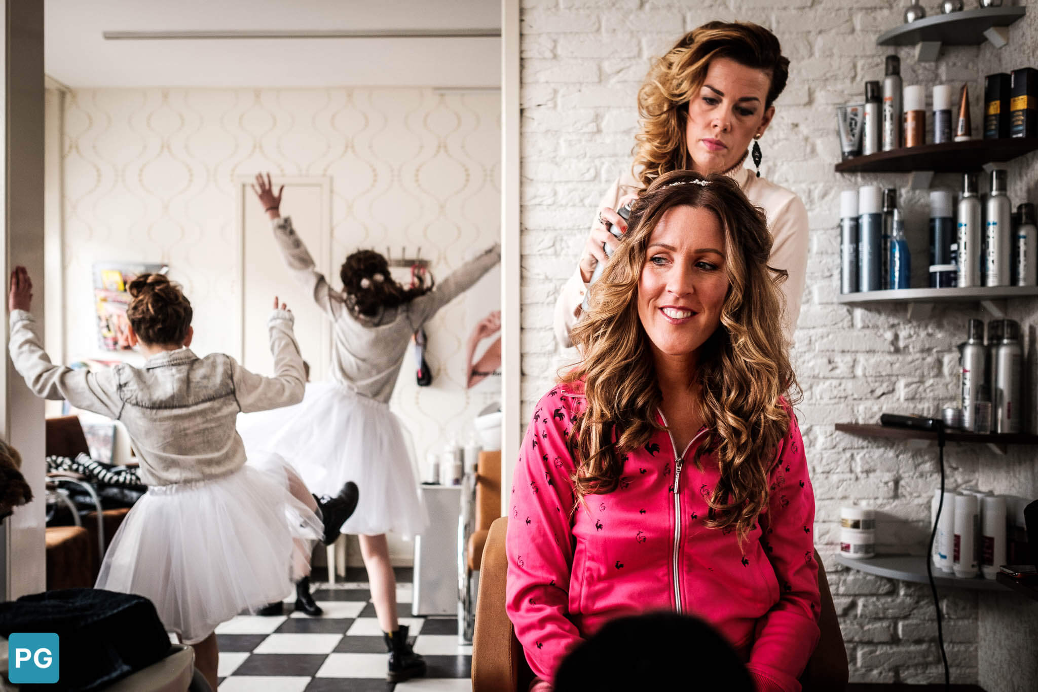 dansende bruidsmeisjes make-up bruid