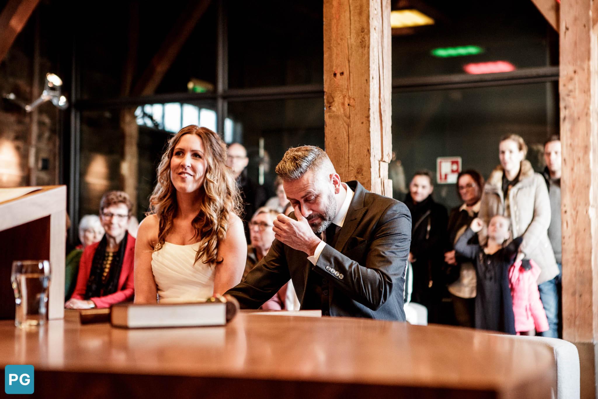 huilende bruidegom trouwschuur Heinkenszand