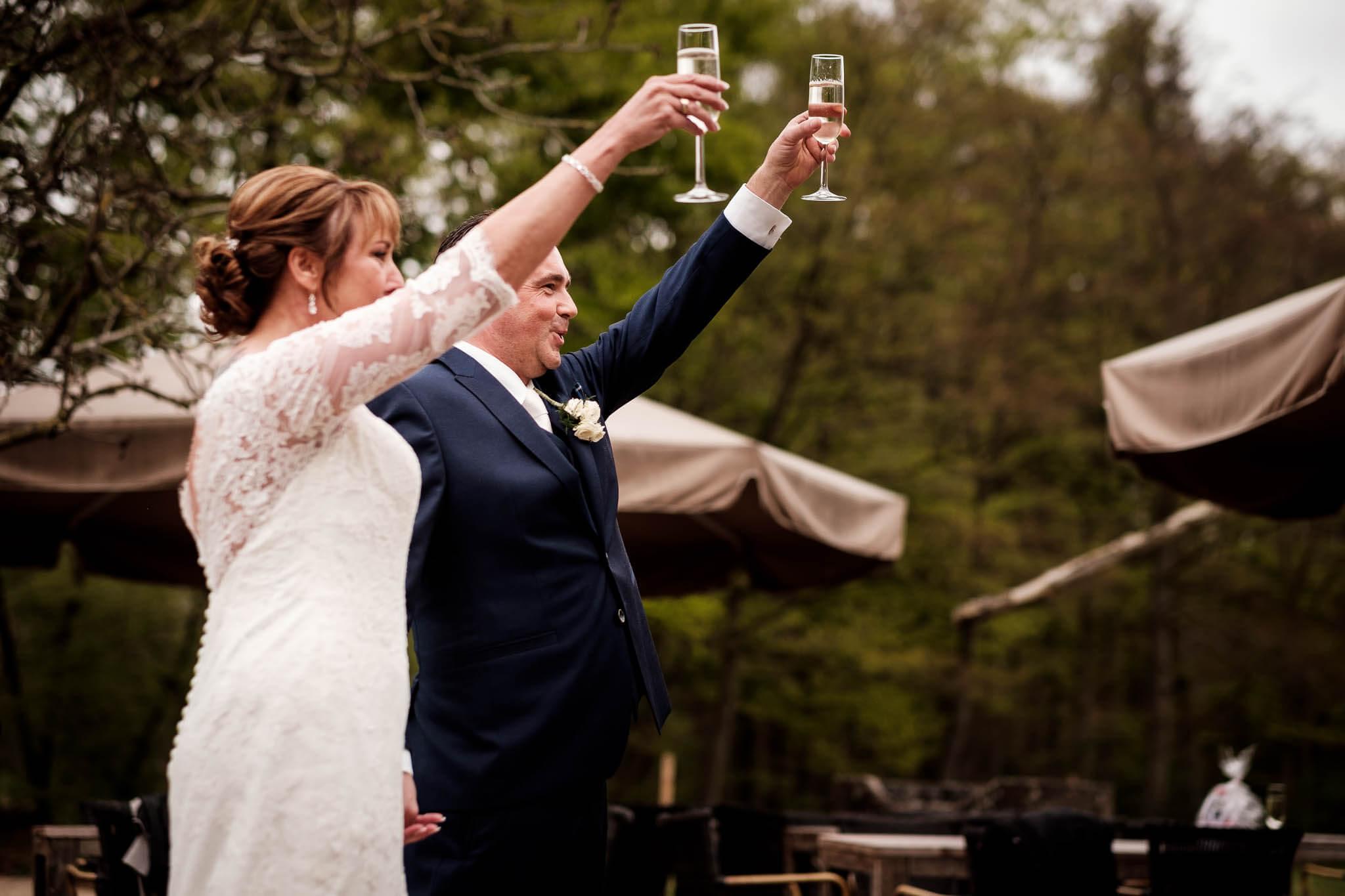 Toast bruidspaar peter geluk bruidsfotografie