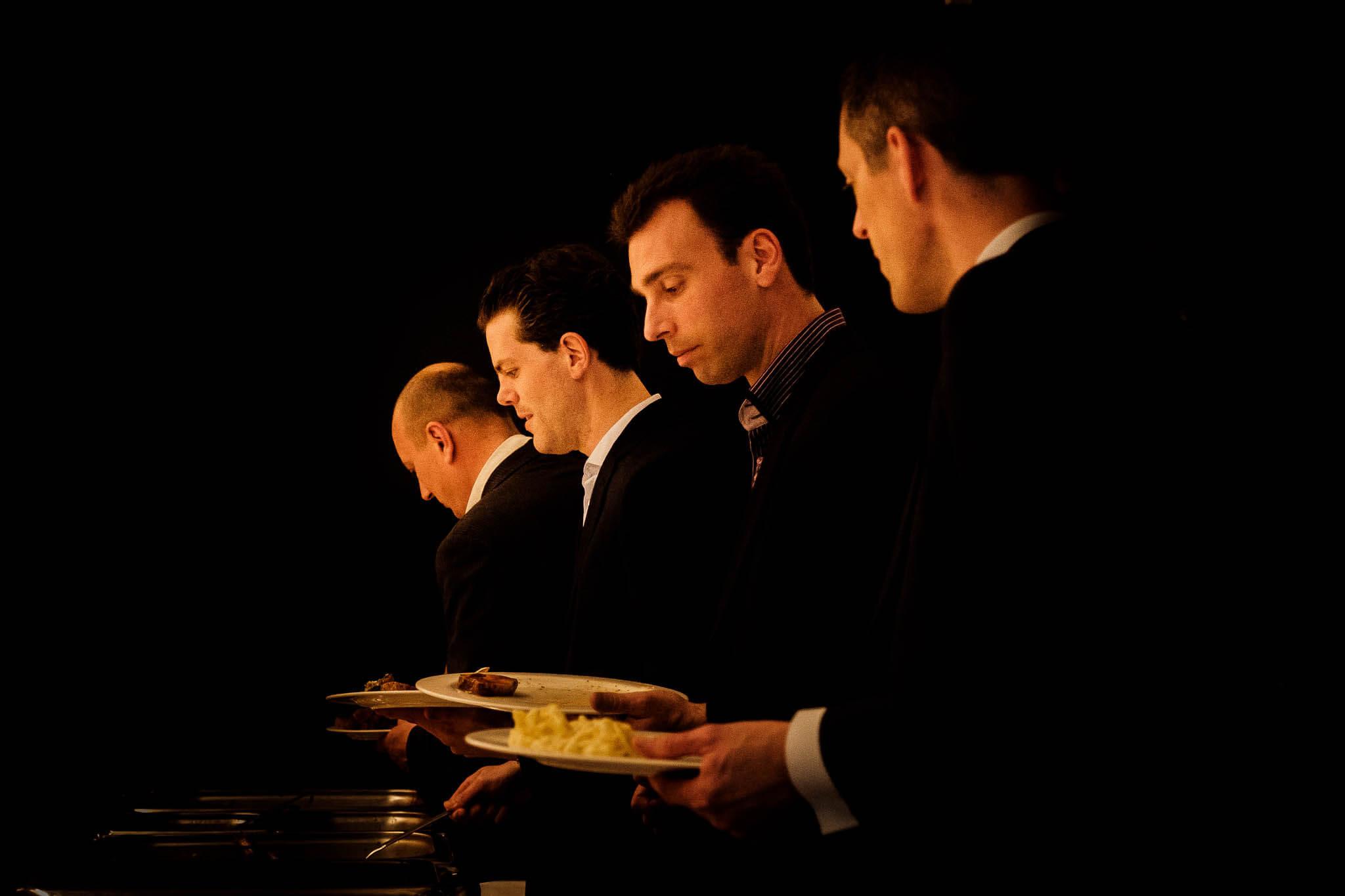 Diner bruiloft mannen Ulvenhart Peter Geluk bruidsfotografie