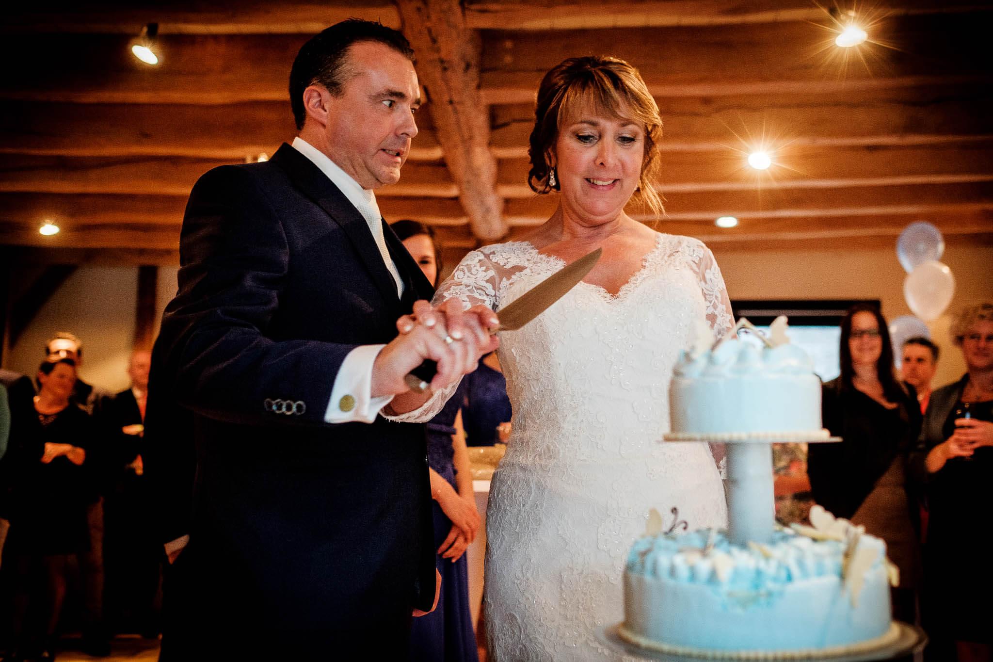 bruidstaart aansnijden bruidspaar ijstaart