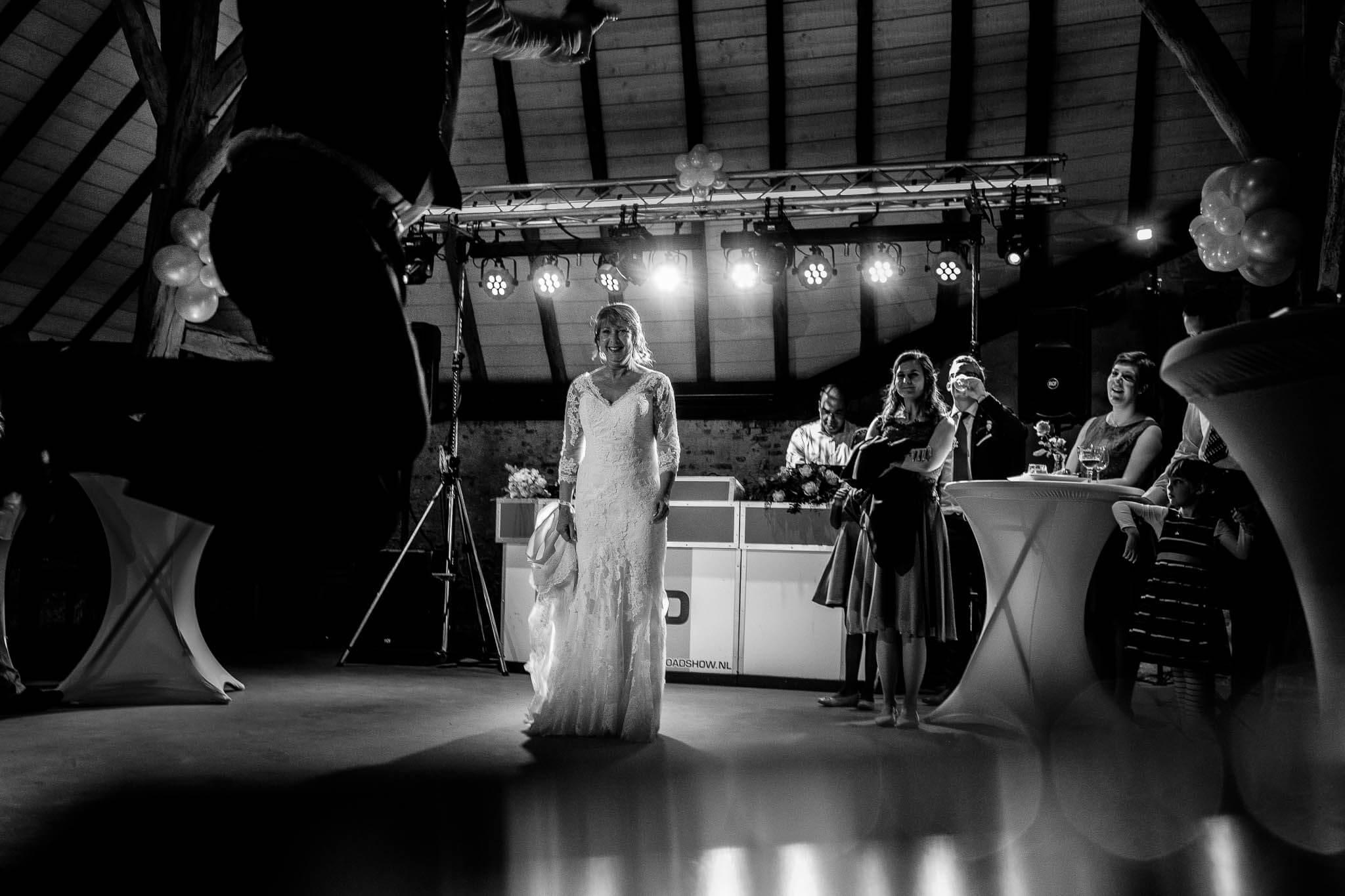 sprong openingsdans bruidspaar feest