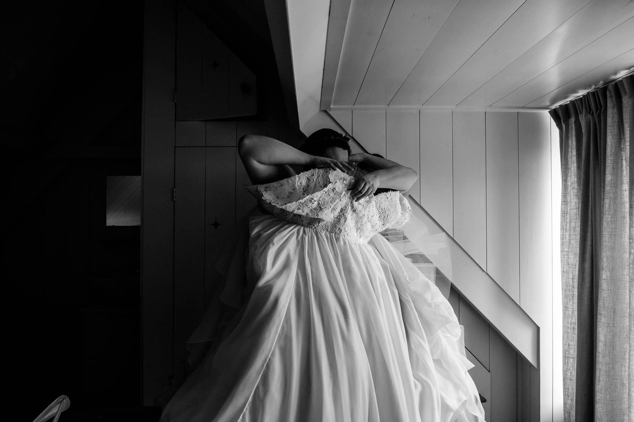 Bruid kleed zich aan