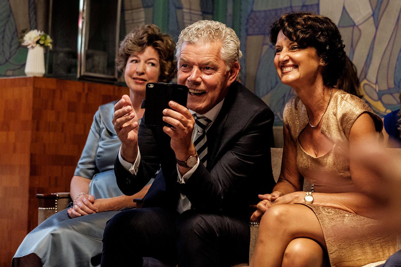 Waarom bruidsfoto's man met telefoon