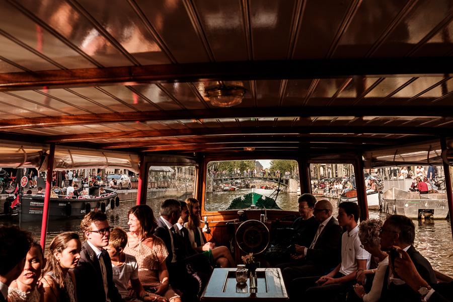 Een prachtige tocht door de grachten van Amsterdam met het bruidspaar
