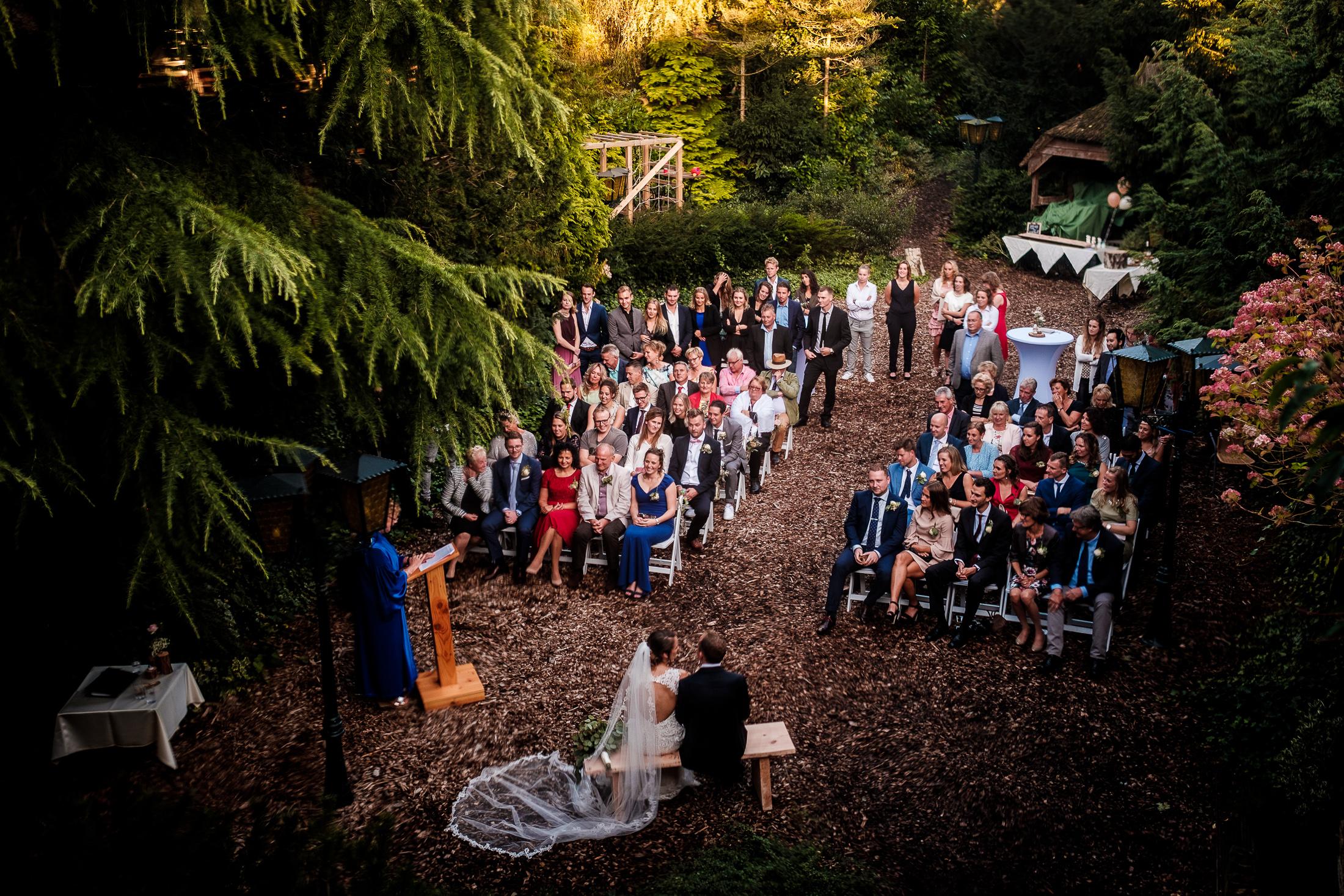 Prachtige buitenceremonie tijdens een bruiloft in Amsterdam