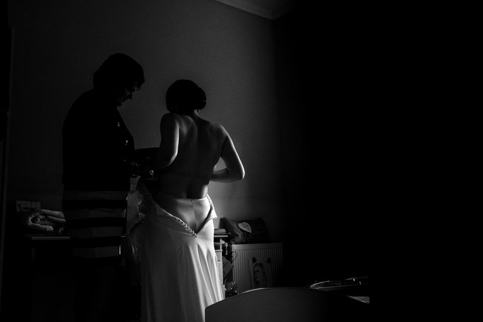 Bruid aankleedmoment | Zeeuwse bruiloft bij Slot Moermond in Renesse