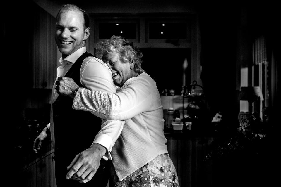 Bruidegom knuffelt oma | Zeeuwse bruiloft bij Slot Moermond in Renesse