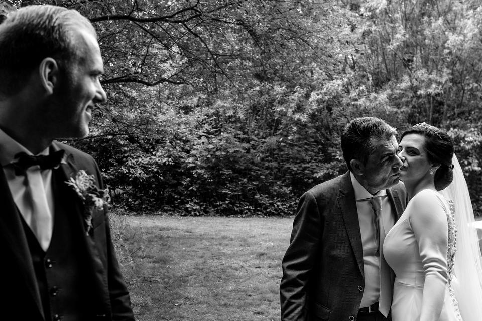 Vader van de bruid kust dochter | Zeeuwse bruiloft bij Slot Moermond in Renesse