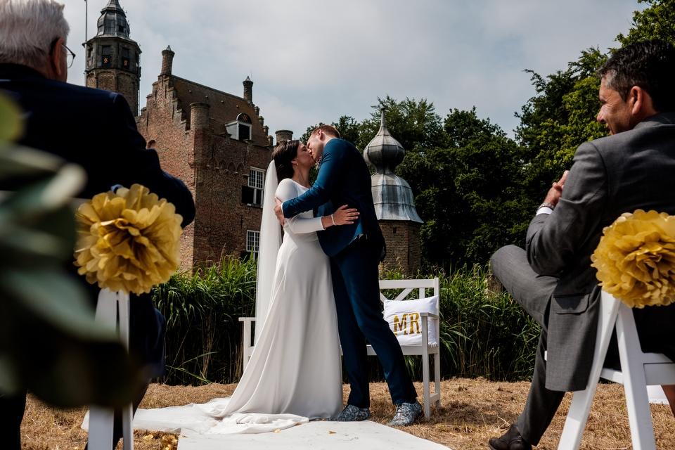 De zoen | Zeeuwse bruiloft bij Slot Moermond in Renesse