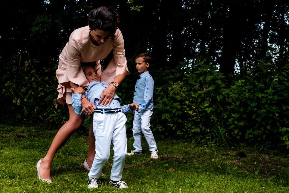 Jongens met hun moeder op de bruiloft | Zeeuwse bruiloft bij Slot Moermond in Renesse