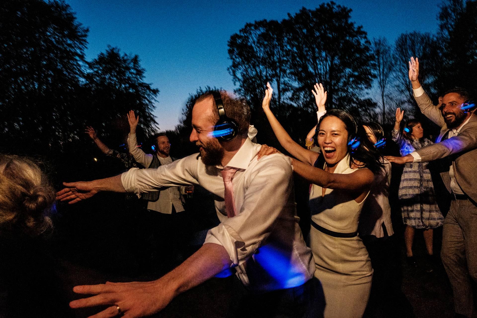Bruid en bruidegom op het bruidsfeest