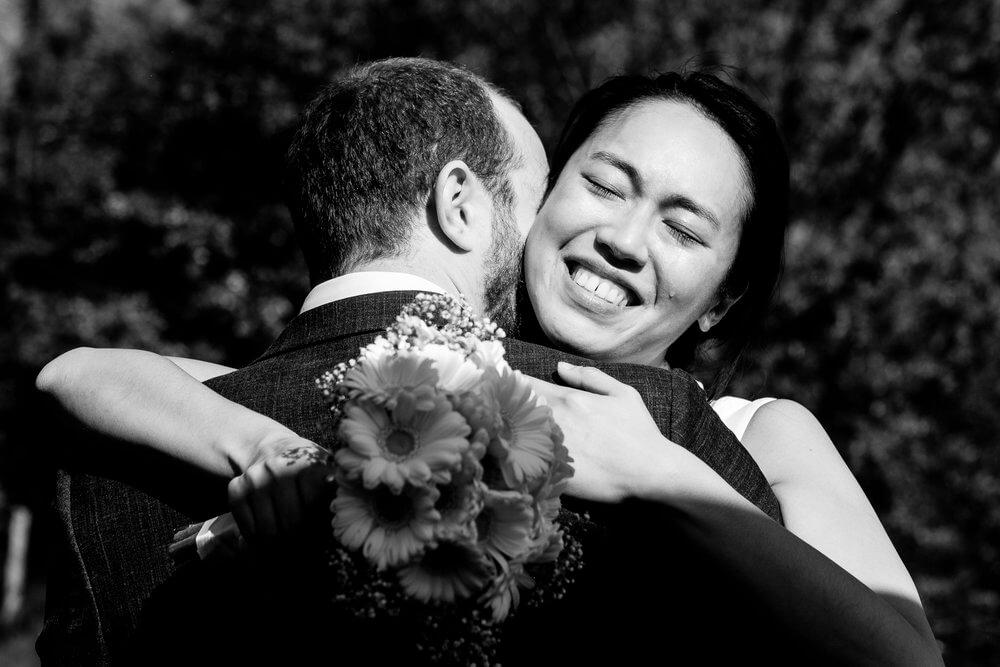 Bruid en bruidegom omhelzing en traan