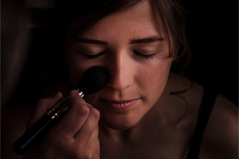 Bruids make-up tijdens de voorbereidingen