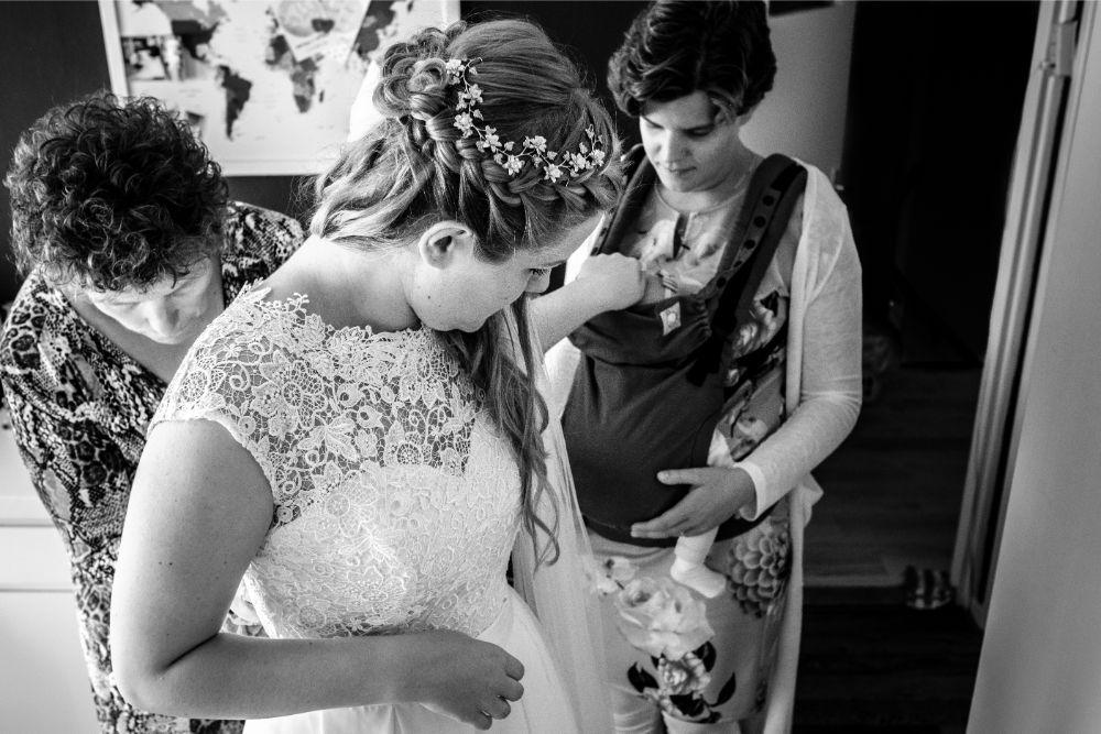 Aantrekken bruidsjurk met je moeder en zus