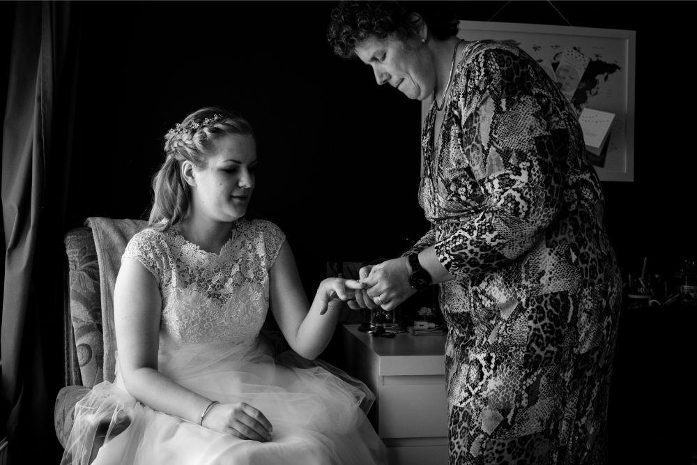 Mama helpt bij het aantrekken van de jurk