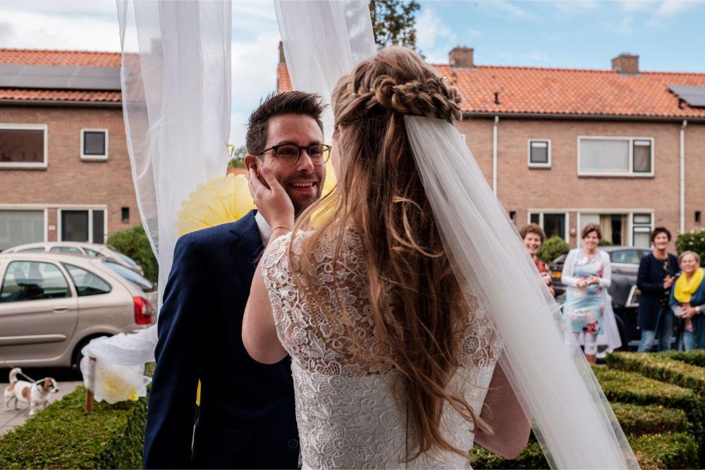 Lief moment tussen bruid en bruidegom tijdens de first look