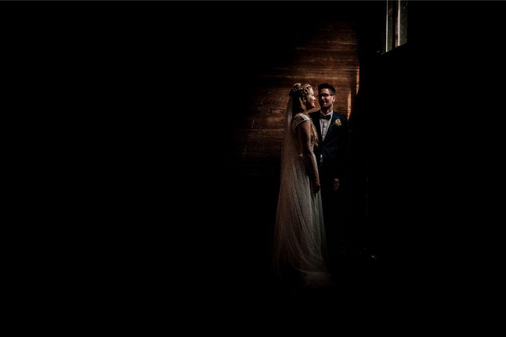 Bruids fotoshoot in boerenschuur