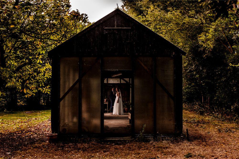 Bruidspaar in tuinhuis tijdens fotoshoot