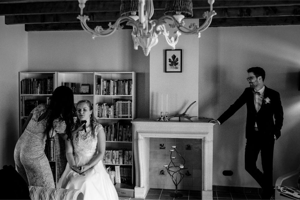 Bruidegom bewondert bruid tijdens haar make-up touchup