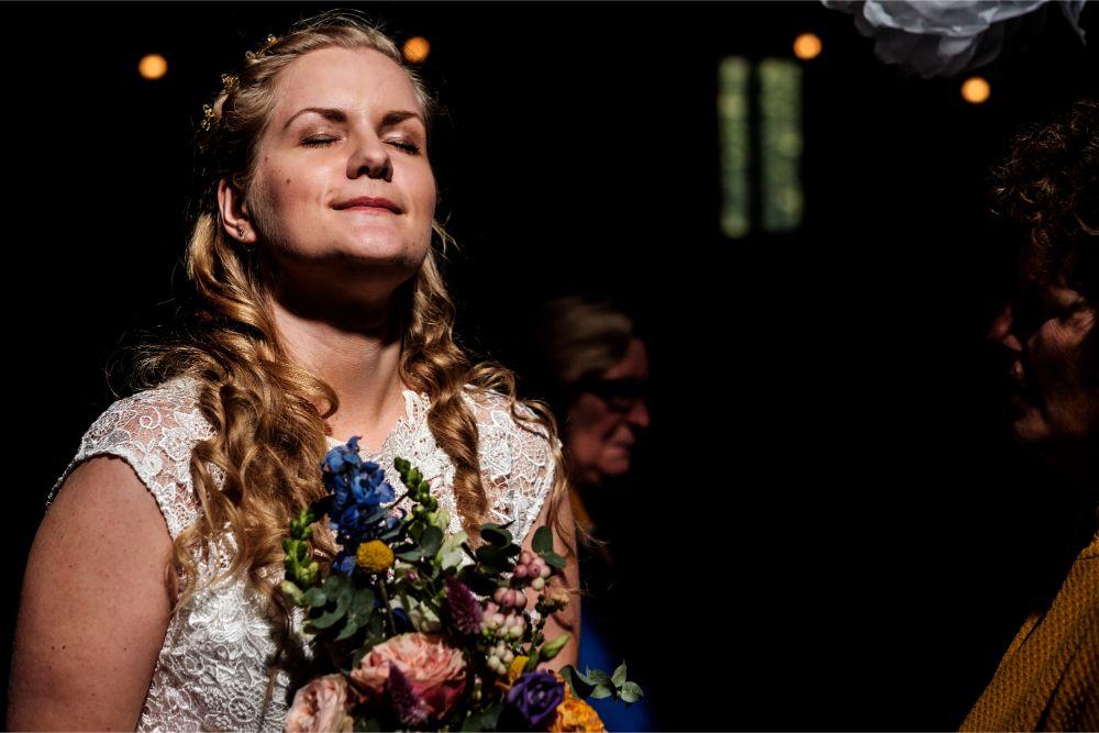 Bruid Néline geniet van een straaltje zonlicht