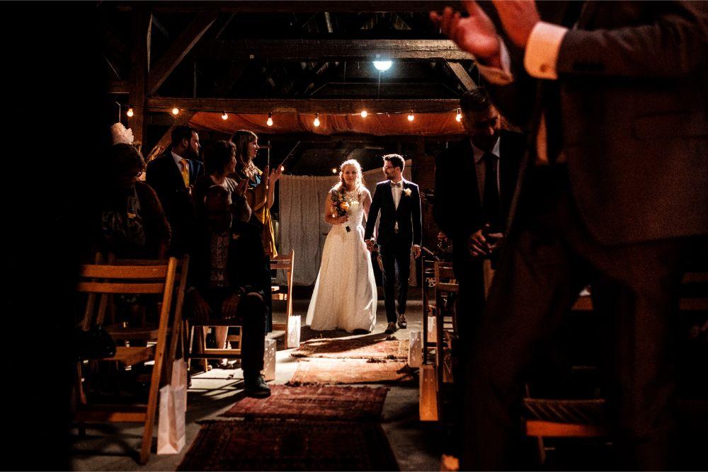 Bruidspaar loopt naar het altaar door prachtig licht