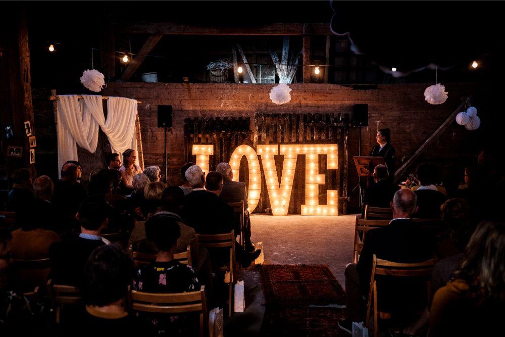 Bruidspaar naast LOVE lichtletters