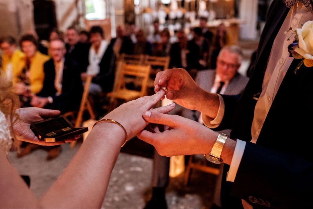 Wisselen van de ringen tijdens de trouwceremonie