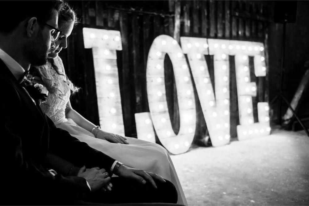 LOVE lichtletters met bruidspaar in mooi licht