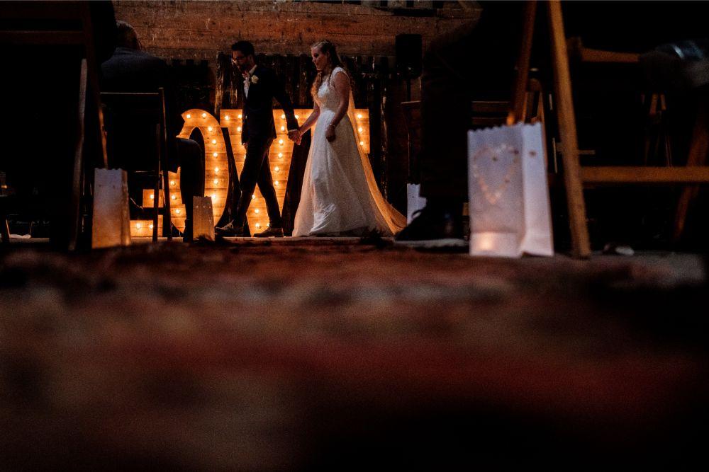 Bruidspaar verlaat de zaal na de ceremonie