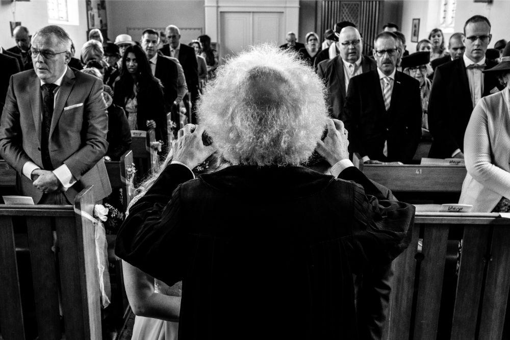 Bruidspaar ontvangt zegenbede in de kerk