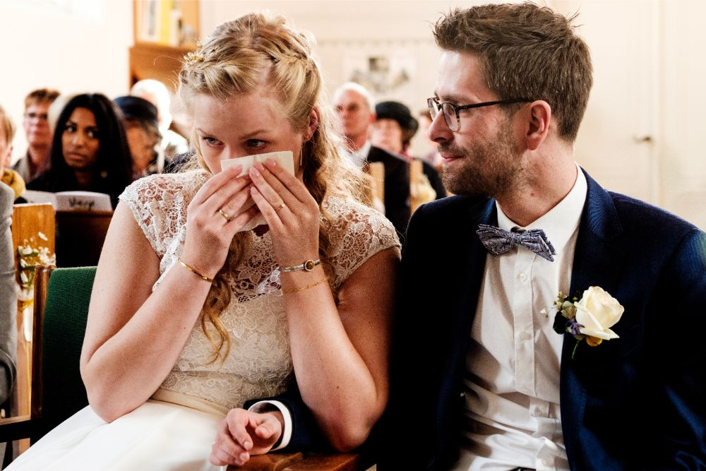 Ontroerde bruid in de kerk