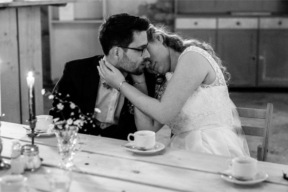 Bruidspaar geniet van een stil moment